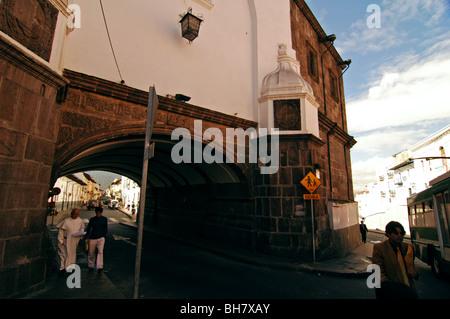 Ecuador, Quito, niedrigen Winkel Ansicht eines Bogens in einem alten Gebäude aus der Kolonialzeit - Stockfoto