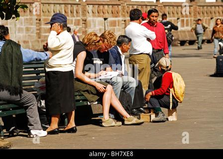 Ecuador, Quito, Schuh Poliermaschine junge stehen auf seinem hölzernen Werkzeugkasten, an den Füßen von ein paar - Stockfoto