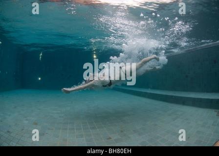 Junge Frau Tauchen in Pool, Ost-Malaysia, Sabah, Gaya Island, Gayana Eco-Resort. - Stockfoto
