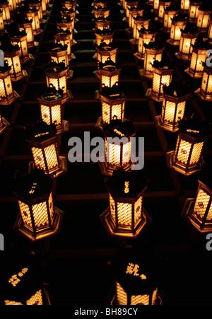 Beleuchtete Laternen in Reihen, Miyajima, Japan angeordnet - Stockfoto