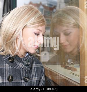 Frau Schaufenster betrachten - Stockfoto