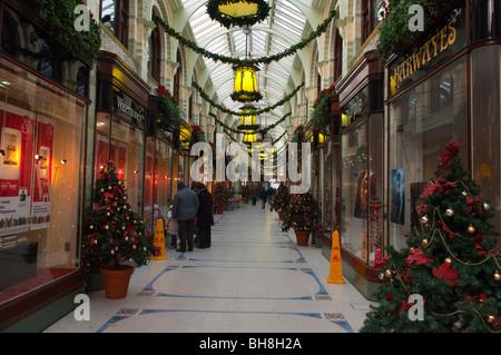 Weihnachts-Einkäufer Shoppen in der Royal Arcade in der Innenstadt von Norwich, Norfolk, England, Großbritannien, - Stockfoto