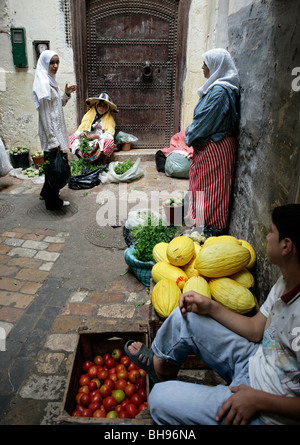 Obst und Gemüse zum Verkauf an kleine produzieren Ständen und von den Einzelpersonen entlang einer der vielen engen - Stockfoto
