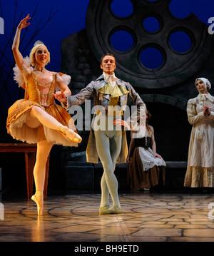 Schwester Ballerina en Pointe mit Escort tanzen im Ballett jorgen Produktion von Aschenputtel - Stockfoto