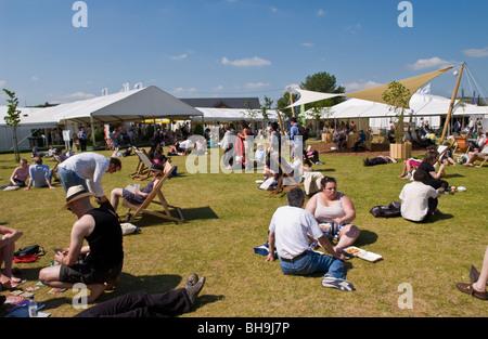 menschen entspannen und chillen sa auf der wiese drau en in der sonne hay festival 2009. Black Bedroom Furniture Sets. Home Design Ideas