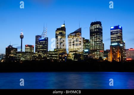SYDNEY, Australien - Sydney, Australien - Dämmerung Blick auf die Skyline von Sydney wie von Frau von Macquarie - Stockfoto
