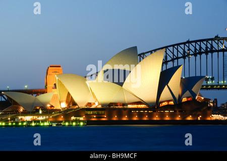 SYDNEY, Australien - Sydney, Australien - Sydney Opera House und der Sydney Harbour Bridge im Hintergrund als von - Stockfoto