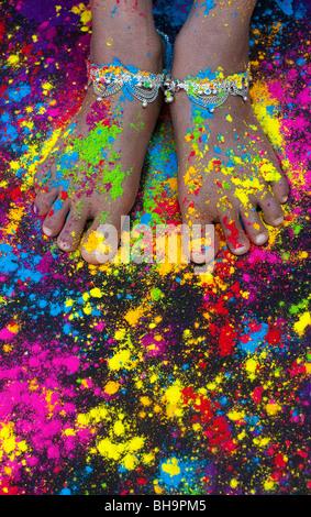 Bunte Pulver auf indische Mädchen nackte Füße mit Knöchel Bracelets auf Schwarz. Indien - Stockfoto