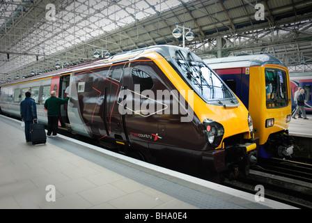 Passagiere an Bord ein Langstrecken Schnellzug. - Stockfoto