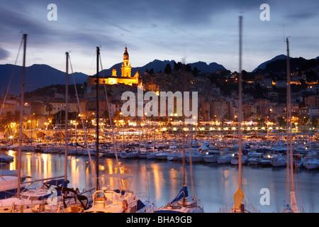 der Hafen und die alte Stadt Menton in der Nacht, Cote d ' Azur, Provence, Frankreich - Stockfoto