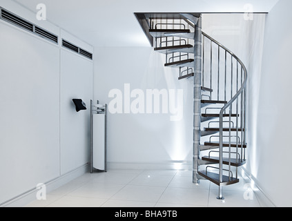 Minimalistisches Interieur - Wendeltreppe gegen weiße Wände - Stockfoto