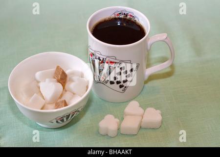 Tasse schwarzer Kaffee mit Zuckerdose - Stockfoto
