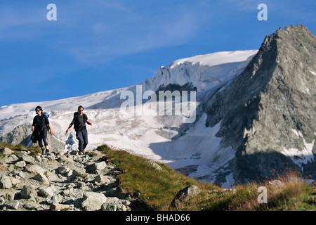 Zwei weibliche Wanderer zu Fuß entlang Bergweg in den Walliser Alpen / Walliser Alpen, Valais / Wallis, Schweiz - Stockfoto