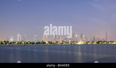 Skyline von Dubai-Stadt in der Dämmerung. Jumeirah Beach Park im Vordergrund. Vereinigte Arabische Emirate - Stockfoto