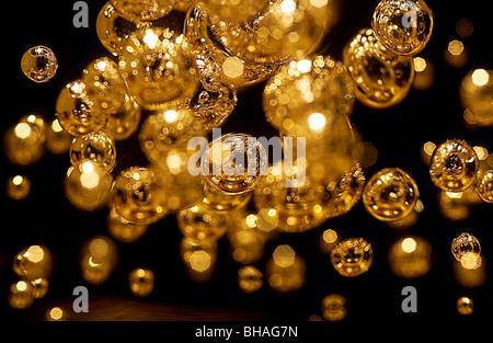 Goldenen Perlen in einem durchsichtigen Kunststoff-block