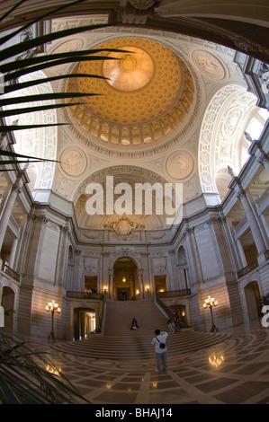 Zentralen Rotunde der San Francisco City Hall, San Francisco, Kalifornien, USA - Stockfoto