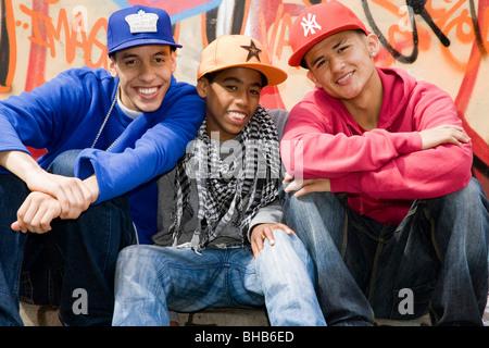Teenager Bande gegen Graffitiwand - Stockfoto