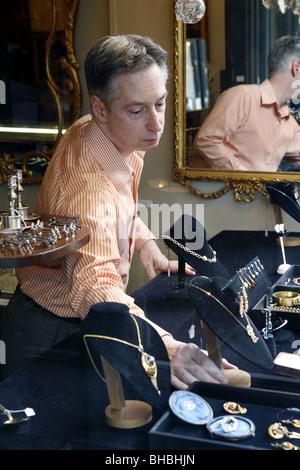 Antiquitätenhändler, königliche Antiquitäten, Royal Street, French Quarter, New Orleans, Louisiana, USA - Stockfoto