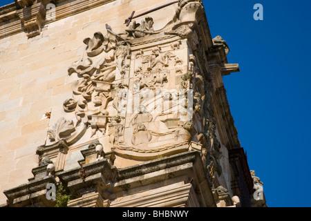 Trujillo, Extremadura, Spanien. Intricate auf eine Ecke des 16. Jahrhunderts Palacio De La Conquista schnitzen. - Stockfoto