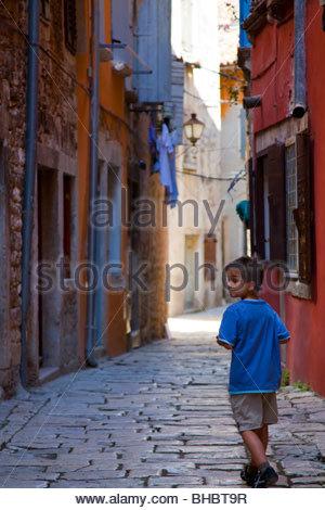 Junge Junge Wandern in kleinen Straßenkind Kroatien kroatische Europa menschliche Menschen Mittelmeer Personen Rovinj - Stockfoto