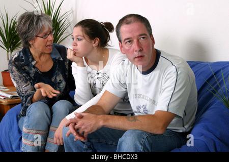 Mutters ungefragt Ratschläge, Mutter Tochter im Teenageralter Uneinigkeit - Stockfoto