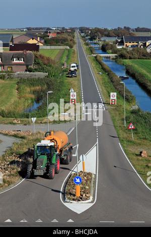 Traktor auf der Straße in typisch holländische Landschaft - Stockfoto