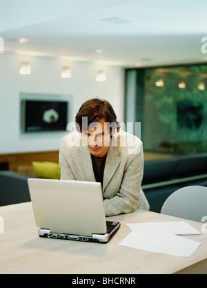 Ein junger trendigen Mann arbeitet von zu Hause - Stockfoto