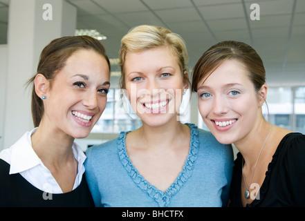 Drei weibliche Kollegen lächelnd - Stockfoto