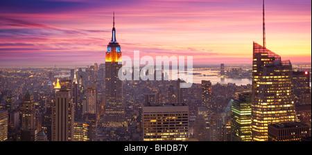 Erhöhten Blick auf das Empire State building bei Sonnenuntergang angesehen