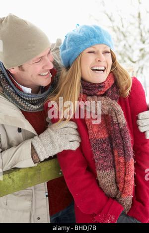 Paar stehen draußen In Schneelandschaft - Stockfoto