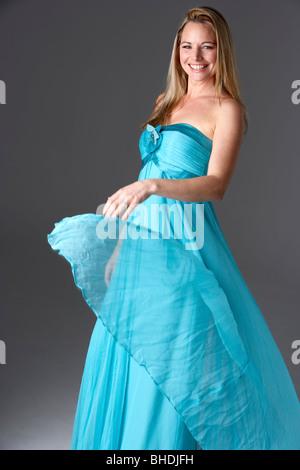 Voller Länge Studioaufnahme von junge Frau im blauen Abendkleid - Stockfoto