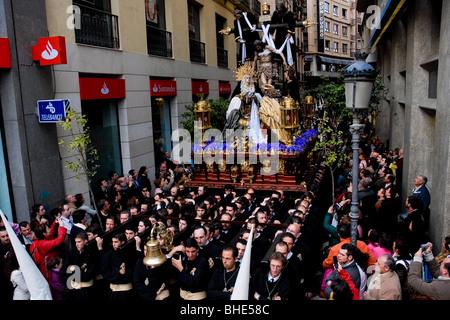 Die großen Thron mit der Paso-Szene erfolgt in einer engen Straße während der Karwoche Fiesta in Malaga, Spanien. - Stockfoto