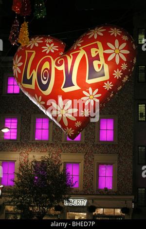 Weihnachten-Ballon-Leuchten, Beleuchtung und Dekorationen in der Carnaby Street, London - Stockfoto