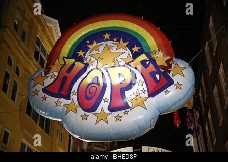 Weihnachtsschmuck-Ballon in der Carnaby Street mit dem Wort Hoffnung, London - Stockfoto
