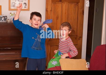 Ein MODEL Release Bild von zwei Brüdern am Weihnachtsmorgen in Großbritannien - Stockfoto
