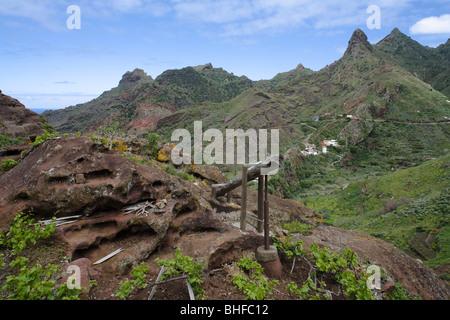 Wein-Presse und Berg Dorf Afur im Hintergrund, Barranco de Afur, Parque Rural de Anaga, Teneriffa, Kanarische Inseln, - Stockfoto