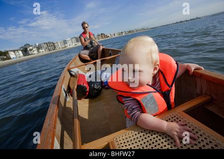 Babymädchen und ihre Mutter, Kanufahren in der Bucht von San Diego, San Diego, Kalifornien, USA - Stockfoto
