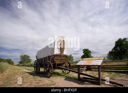 Planwagen auf dem historischen Oregon Trail als es durchzieht Whitman-Mission National Historic Site, Walla Walla, - Stockfoto