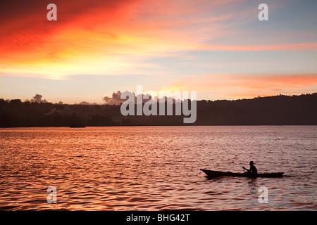 Sonnenuntergang am Fischerboot am Lake Toba Indonesien - Stockfoto