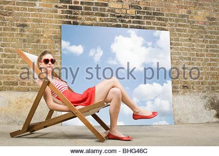 Junge Frau im Liegestuhl - Stockfoto