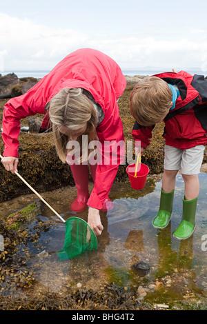 Mutter und Sohn suchen im Felsenbad - Stockfoto
