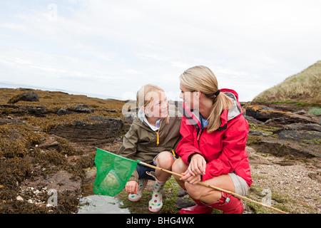 Mutter und Tochter von Fels-pools - Stockfoto