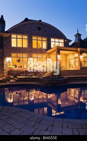 Großes Haus und pool - Stockfoto