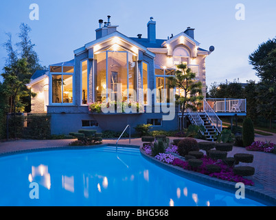 Großes Haus mit pool - Stockfoto
