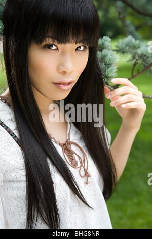 Junge Frau im park - Stockfoto