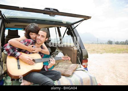 Junges Paar mit Gitarre - Stockfoto