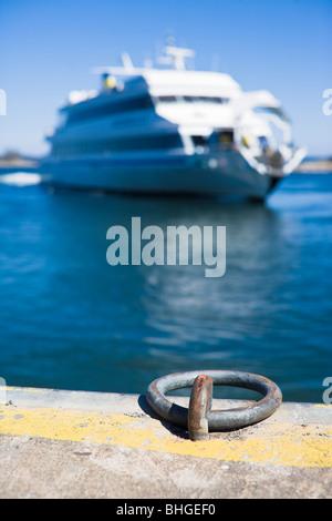 Ein Fahrgastschiff auf dem Archipel, Schweden. - Stockfoto