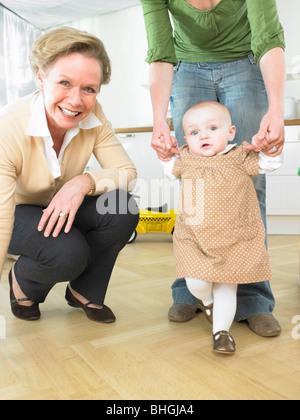 Baby laufen lernen - Stockfoto