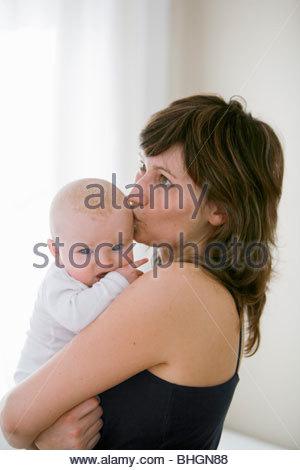 Mutter küssen baby - Stockfoto