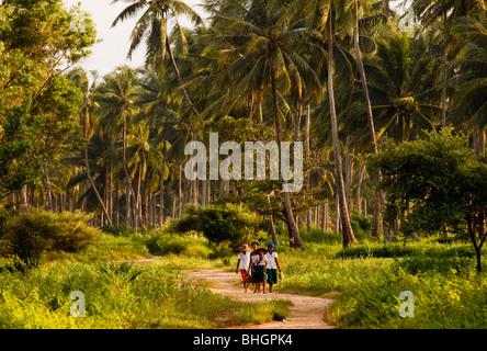 Kinder auf dem Heimweg von der Schule, in der Nähe von Ngwe Saung Strand, Myanmar Burma - Stockfoto